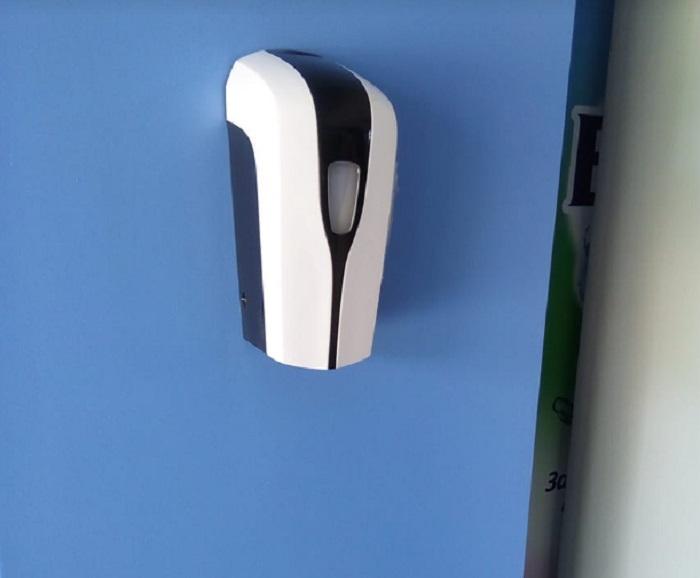 Безконтактен диспенсър за дезинфектант има по коридорите и в тоалетните