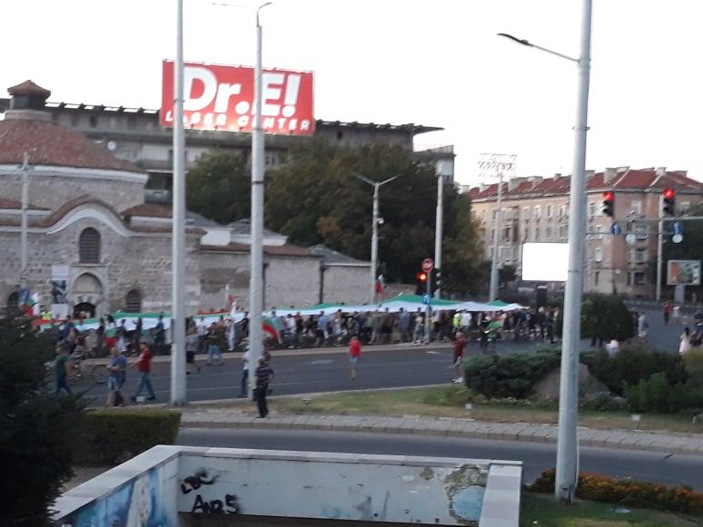 Шествието с 50-метровия флаг беше заявено като мирно.