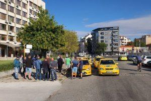 Таксиметровите превозвачи се събраха на Сточна гара, пред Автомобилната администрация
