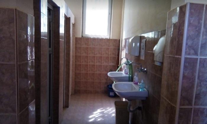 Така изглеждат тоалетните в Руската гимназия