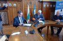 Икономическият министър Лъчезар Борисов и кметът Здравко Димитров подписаха договора.