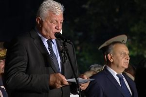 """Здравко Димитров чете под виковете """"Оставка!"""""""