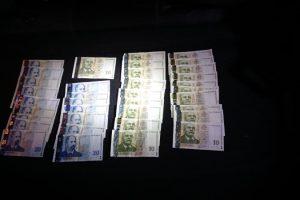 Банкнотите, подхвърлени на полицаите. Кадър: МВР