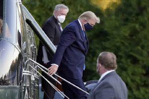 Тръмп бе докаран с хеликоптер във военната болница.