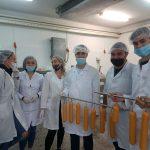 Екип студенти, разработващ новите колбаси