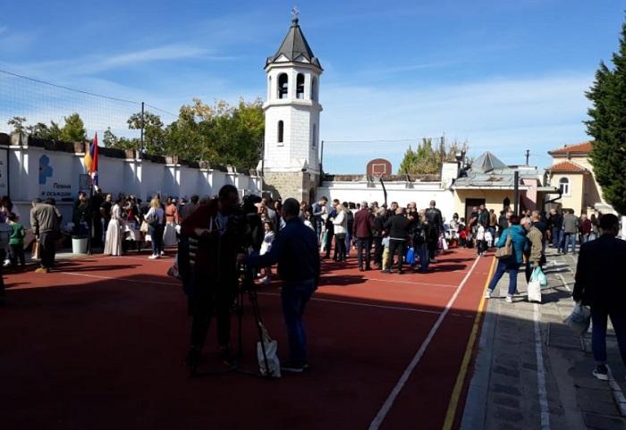 Дворът на Арменската църква е пълен с хора