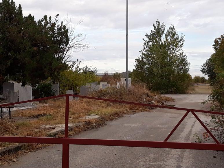 Бариерата на пътя, който води към имота.