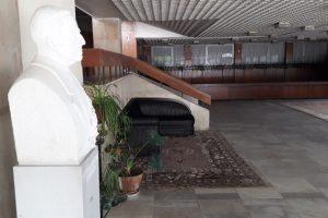 Един от дарените килими във фоайето на театъра. Снимка: Сайтът на театъра