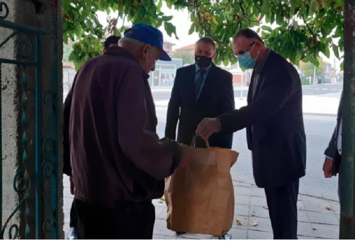 Районният прокурор наПловдив Чавдар Грошев посети възрастния мъж в дома му