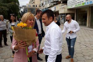 С цветя посрещнаха Мая Манолова в Пловдив