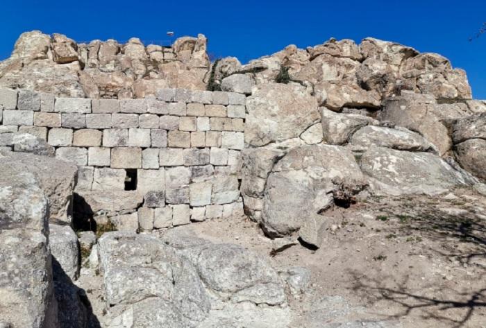 На входа на скалния град