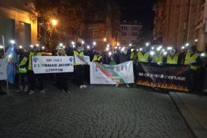 Полицаи и пожарникари излязоха на протест тази вечер