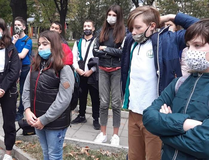 """Седмокласници от СУ """"Патриарх Евтимий"""" се събраха при пункта за измерване чистотата на атмосферния въздух"""
