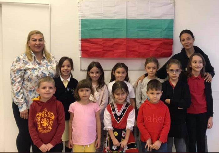 Нели Чифудова с деца от групите за народни и латино танци