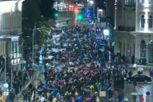 Протестиращите тази вечер са с чадъри.