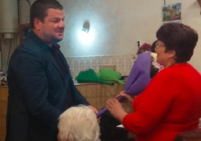 За юбилейната годишнина на клуба Владимир Маринов подари 48 –инчов телевизор от името на общината
