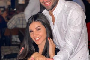 Ани грее с годежния пръстен от Петър Атанасов