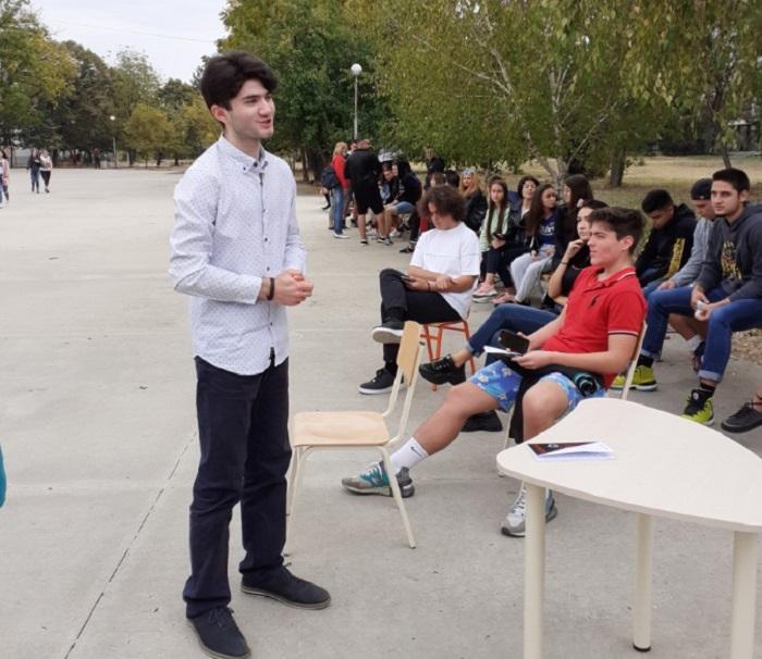 Борис Ангелов представя книгата си пред ученици на Руската гимназия