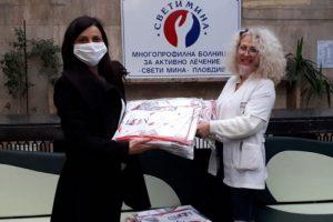 Първите 50 комплекта бяха дарени от директора Ванина Костадинова на старшата сестра Йоана Ангелова.