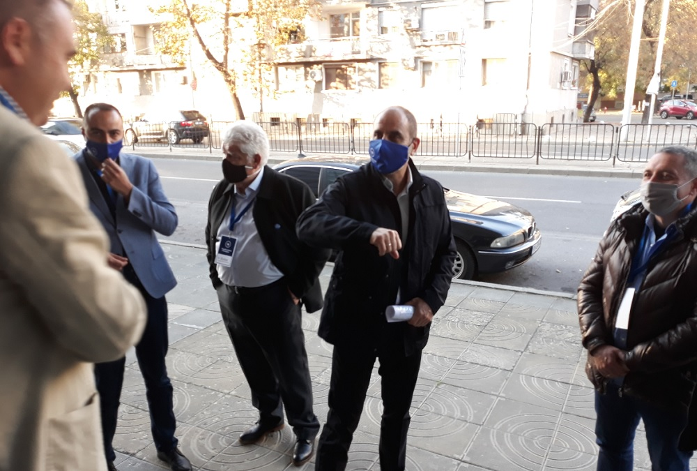 Цветанов поздравява според пандемичните мерки - с лакът