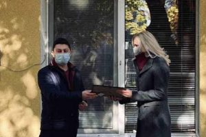 Представител на фирмата връчи на Анастасия Караманолева- учител на групата, пречиствател за въздух