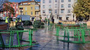Работници вече сглобяват елхата.