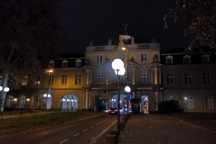 Университетът с улицата през него