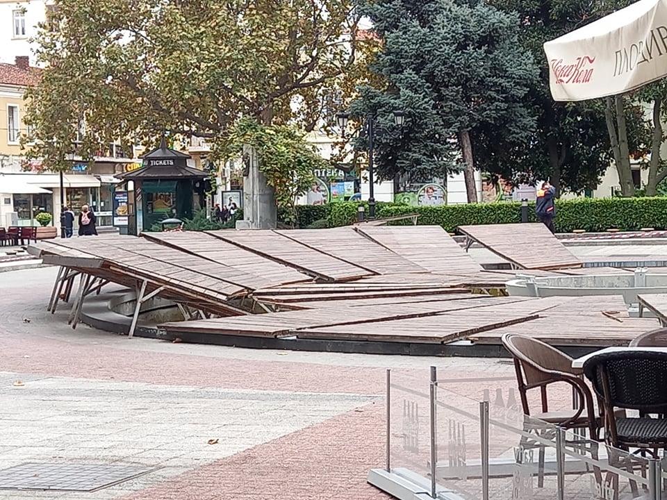 Дървените плоскости са около фонтана