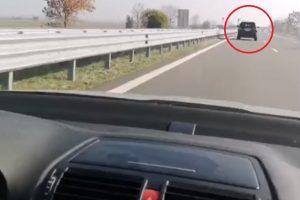 Манолова преследва джипа на Борисов на магистрала Тракия.