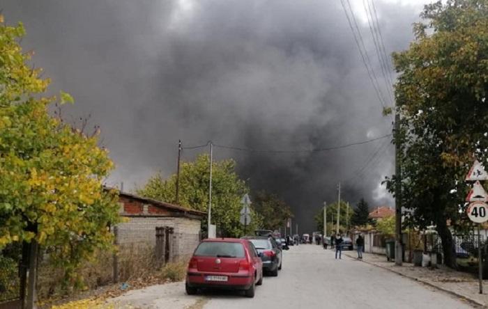 Над района се стеле гъст черен дим, снимка bTV