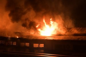 Огънят избухнал снощи, а тази сутрин 120 пожарникари се бореха с пламъците