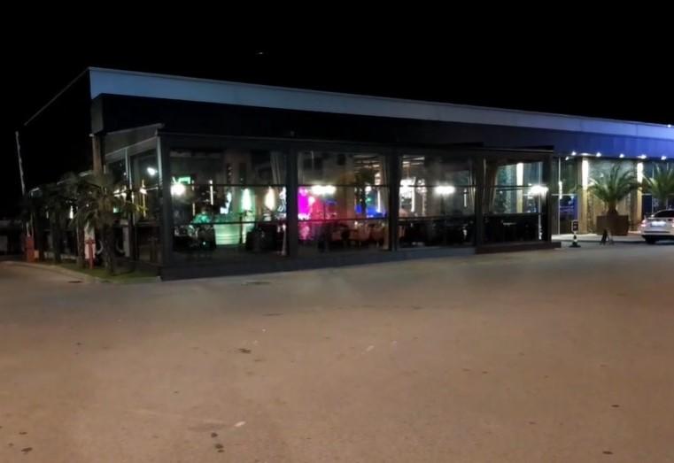 Видно е, че пред заведението има полицейска кола.