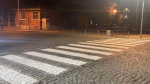 """Първата такава пешеходна пътека вече е поставена – до ОУ """"Алеко Константинов"""""""