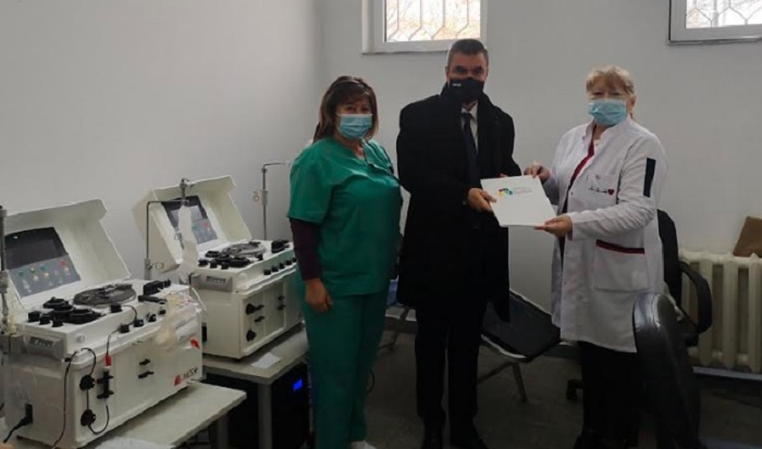 Александър Стайков предаде втория апарат кръвна плазма на директора на Кръвния център д-р Соня Джевизова