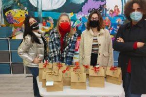 Председателят на Ученическия парламент Симеон Марков и момичета от Руската гимназия, които се включват в инициативата