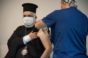 Епископ Тихон се ваксинира веднага след здравния министър.