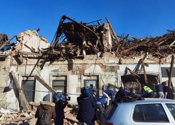 Много сгради изглеждат така след мощния трус