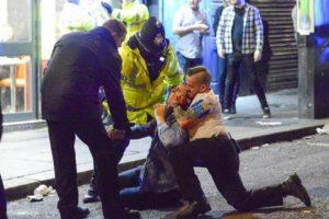 Служители на реда усмиряват пиян англичанин и му дават първа помощ. Архив