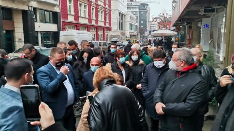 """Социалисти от Пловдив пред централата на БСП на """"Позитано"""""""