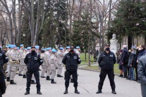 Масирана охрана пред паметника на Ботев