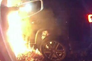 Служителят на реда изважда жената от пламъците. Кадър: WCPO.СОМ