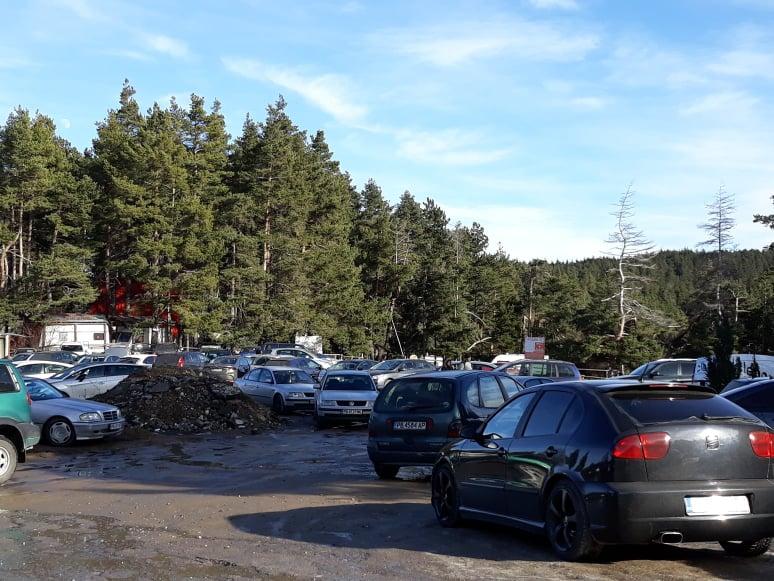 Места за паркиране на хижа Здравец се намират трудно.