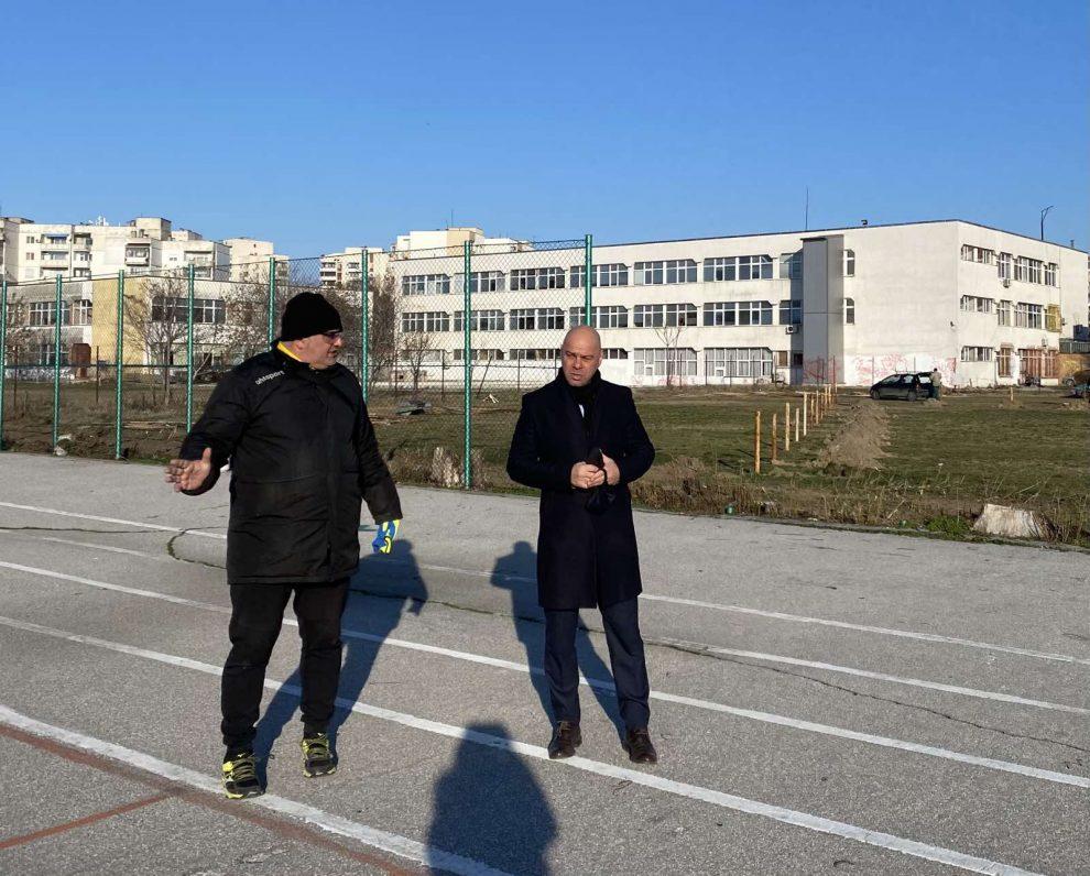 Костадин Димитров инспектира изграждането на игрището.