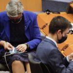 Еврокомисарят по вътрешните работи Илва Йохансон извади плетката си и започна необезпокоявано да плете по време на дискусиите