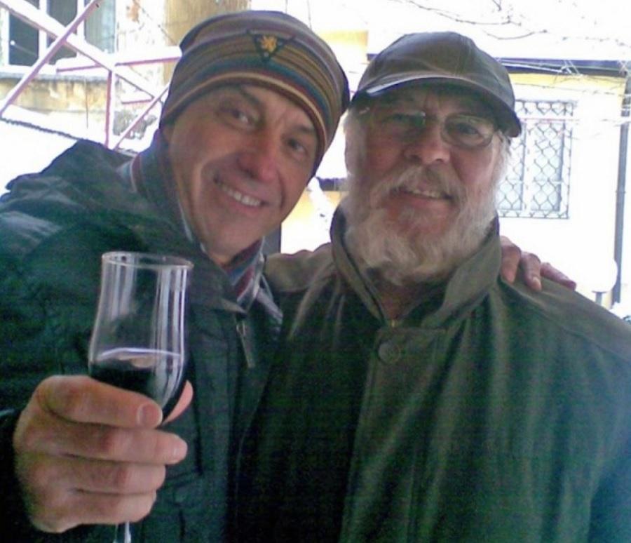 Проф. Костов с приятеля си Иван Иванов на чаша вино.