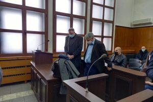 Д-р Иван Димитров с адвоката си в съдебната зала.