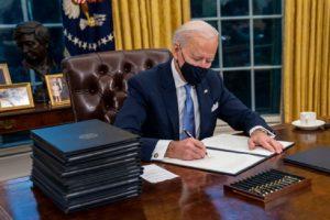 Джо Байдън подписва укази.
