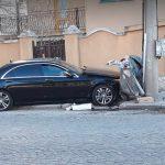 Луксозен Мерцедес е помел контейнер за смет и се е забил в уличен стълб