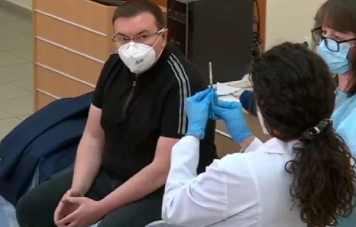 """Проф. Костадин Ангелов си сложи втората доза от ваксината на """"Пфайзер"""""""