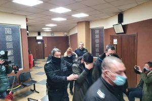 Ремзи Ябанджъ крие лицето си напът към съдебната зала.